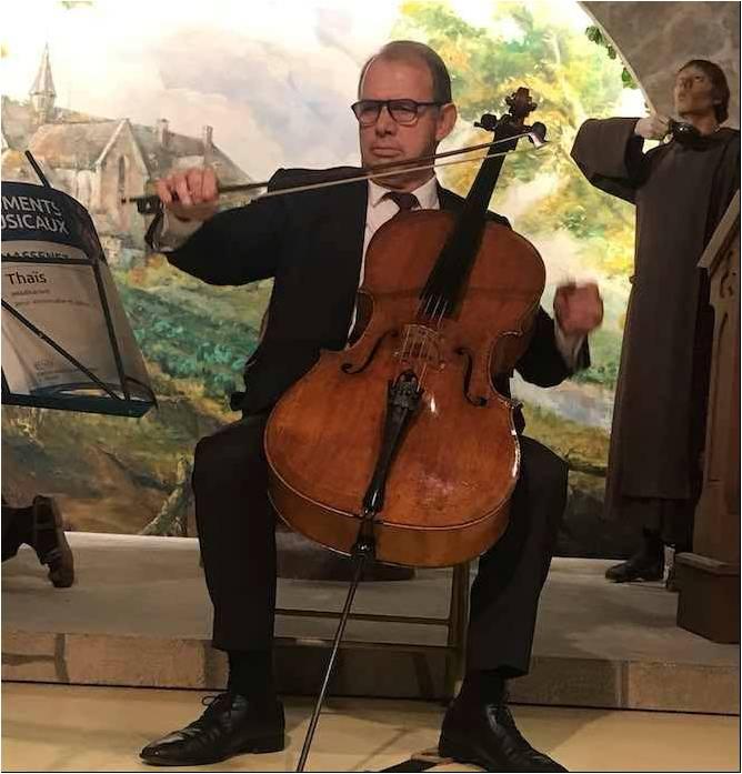 JL Bourré joue du violoncelle